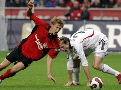 Leverkusens Kießling (li.) gegen Bayern-Verteidiger Jansen