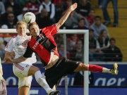 Frankfurts Alexander Meier (re.) im Duell mit Leverkusens Lukas Sinkiewicz.