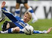 Viel Kampf, wenig Glanz in Bielefeld: Kauf grätscht den Ball weg.