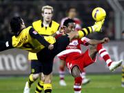 Akrobatisch: Dortmunds Valdez und Bayerns Zé Roberto (re.) im Zweikampf.
