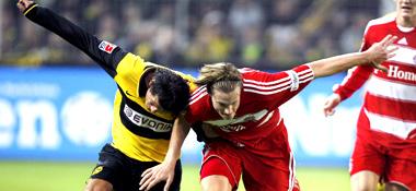 Gleiche Höhe: Bayerns Jansen und Dortmunds Valdez (li.) im intensiven Laufduell.