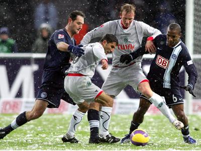 Kampf um den Ball im Berliner Schnee.