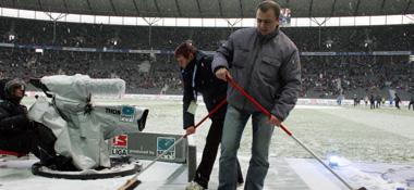 Auch Helfer konnten den Schnee nicht mehr entfernen.