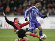 Schalkes Kuranyi wird vom Frankfurter Fink abgegrätscht.