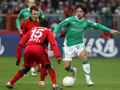 Diego im Duell mit Sarpei