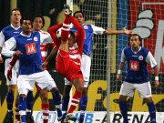 Rostocker Spieler und Mannschaftskamerad Toni wundern sich über Demichelis eigenartige Ballbehandlung.