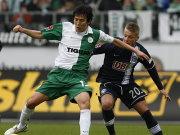 Viel Kampf in Wolfsburg: Hasebe schirmt den Ball gegen Ebert ab.
