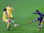 Das war der 1:0-Führungstreffer: Raffael (re.) zirkelt den Ball mit dem Außenrist ins Tor. Den Duisburgern Schlicke (li.) und Tararache (mi.) bleibt nur das Nachsehen.
