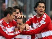 Ribéry empfängt die Glückwünsche seiner Teamkameraden