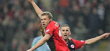 Wo ist der Ball? Frankfurts Russ schaut noch ungläubig seinem Treffer hinterher. Auch Köhler wundert sich.