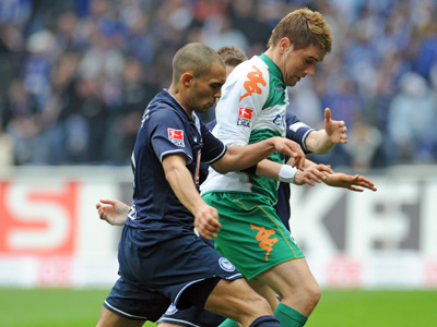 Bremens Klasnic (re.) gegen Berlins Chahed.