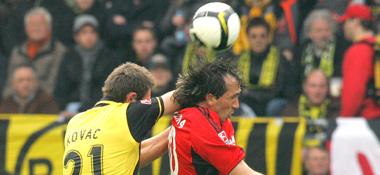 Kovac (li.) im Zweikampf mit Gekas (re.).