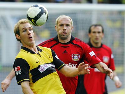 Dortmunds Kringe versucht, vor Bayers Barbarez den Ball zu kontrollieren.