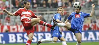 Van Bommel (Bayern) gegen Bochums Fuchs (re.)