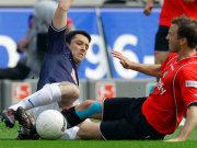 Es ging heiß her in Hannover: Hier kämpfen der Berliner Gojko Kacar (li.) und Steven Cherundolo um den Ball.