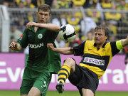 BVB-Kapitän Wörns klärt hier gegen Wolfsburgs Dzeko.
