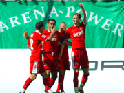 Petit, Ümit Özat und Brecko feiern Torschützen Novakovic (re.).