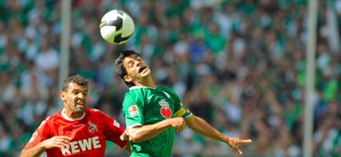 Wolfsburgs Josué gewinnt ein Kopfballduell gegen Kölns Antar (li.).