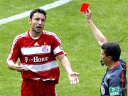 Vorzeitiges Aus: Schiedsrichter Herbert Fandel schickt Mark van Bommel zum Duschen.