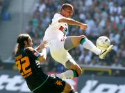 Obenauf: Gladbachs Ndjeng gegen Bremens Frings (li.).