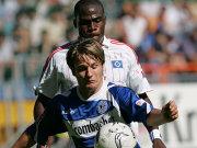 Bielefelds Halfar sichert den Ball vor Hamburgs Demel ab.