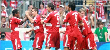 Der zweite Streich: Der FC Bayern bejubelt Lahms 2:0.