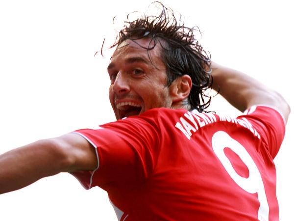 Freudensprung: Bayerns Angreifer Luca Toni bejubelt das 1:0.