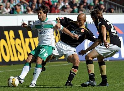 Wieder einmal der entscheidende Mann für Werder: Diego setzt sich auch gegen Cottbus durch.