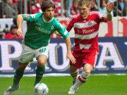 Diego behauptet den Ball gegen Schweinsteiger