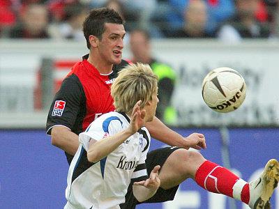Frankfurts Fenin wird von Bielefelds Kauf bedrängt.
