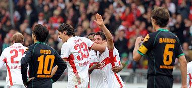 Stuttgarts Träsch (2.v.re.) jubelt mit Teamkollege Gomez.