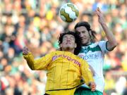 Augen zu und durch: Bremens Torsten Frings springt höher als Dortmunds Nelson Valdez.