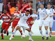 Da Silva (KSC) behauptet den Ball gegen Schweinsteiger