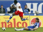 Pitroipa (HSV) setzt sich gegen Schalkes Bordon durch