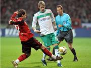 Kein Durchkommen: Werders Hunt bleibt an Leverkusens Castro hängen.