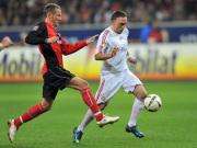 Bayerns Ribery (re.) gegen Frankfurts Fink.