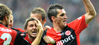 Jubel ohne Torschütze: Die Eintracht freut sich über Demichelis' Eigentor.