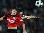 Bayers Barnetta im Kopfballduell mit Wolfsburgs Riether.