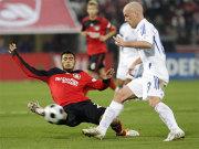 Fußball, Bundesliga, Artur Vidal von Bayer Leverkusen im Anflug gegen Fabian Ernst vom FC Schalke 04.
