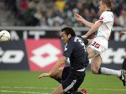 Toni (Bayern, li.) im Duell mit Daems