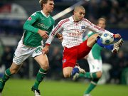 Mladen Petric (re.) im Duell mit Per Mertesacker