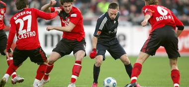 Ribery wird von gleich drei Bayer-Ateuren angegangen.