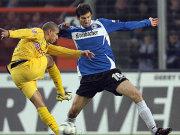 Dortmunds Zidan hat hier gegen Arminias Mijatovic wenig Raum.