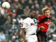 Doppeltorschütze: Leverkusens Kießling (re.) im Kopfballduell gegen Gladbachs Gohouri.