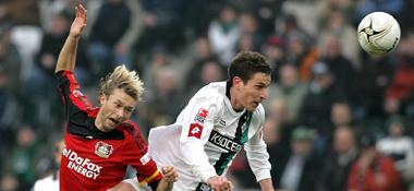 Luftkampf: Gladbachs Friend (re.) gegen Bayer-Kapitän Rolfes.