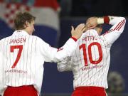 Fußball, Bundesliga: Mladen Petric und Marcell Jansen feiern das 1:0