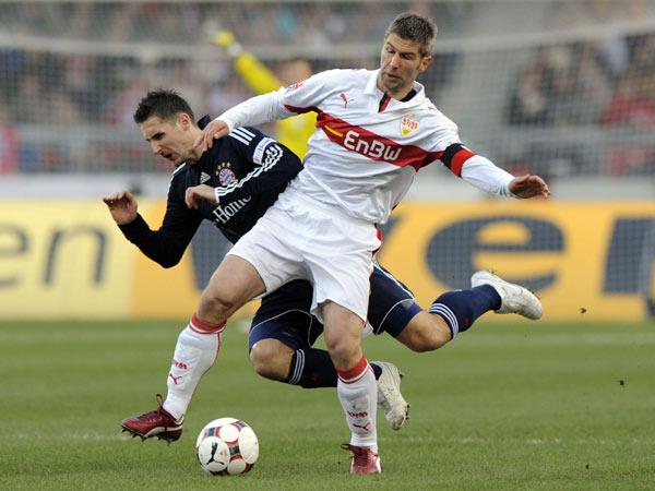 Thomas Hitzlsperger (VfB) bremst Bayerns Miro Klose aus