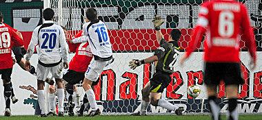 Hannovers Stajner (3.v.li.) nickt zum 1:0 ein.
