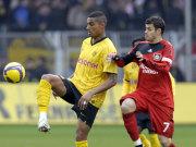 Kevin-Prince Boateng (BVB, li.) gegen Leverkusens Tranquillo Barnetta