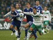 Özil gegen Höwedes und Jones